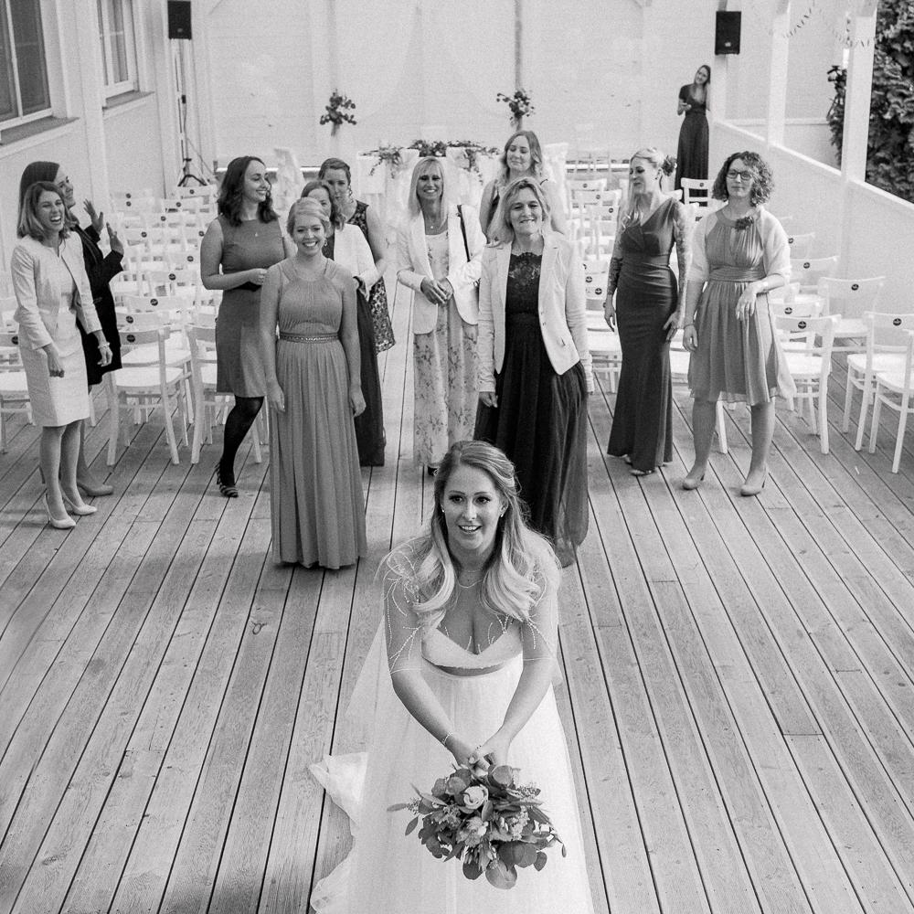 Brautstrauß werfen - Hochzeit Schwadorf Wien