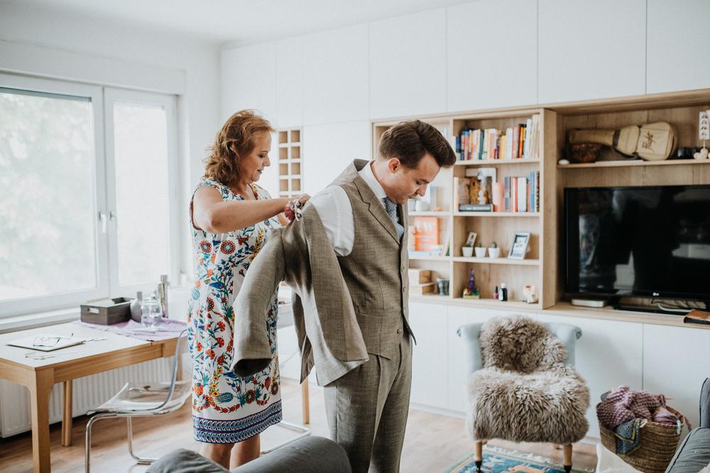 Bräutigam und Mutter beim Getting Ready