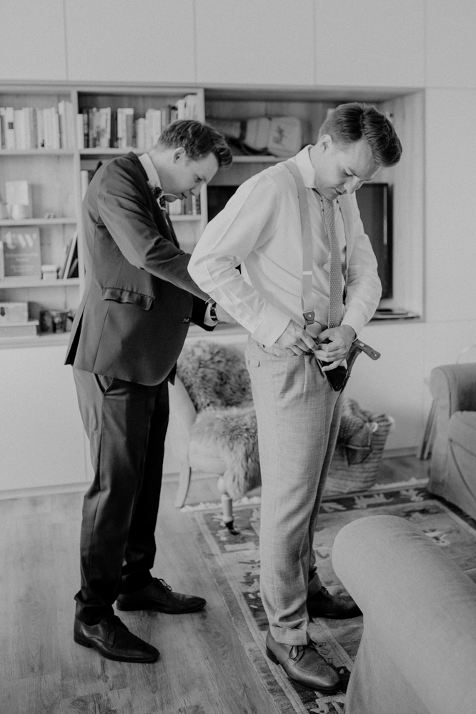 Bräutigam und Trauzeuge beim Getting Ready