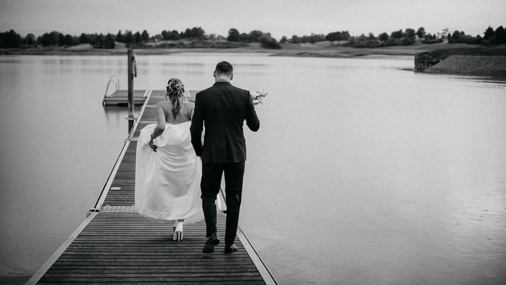 Hochzeitsbilder am Steg im Fontana Golfresort